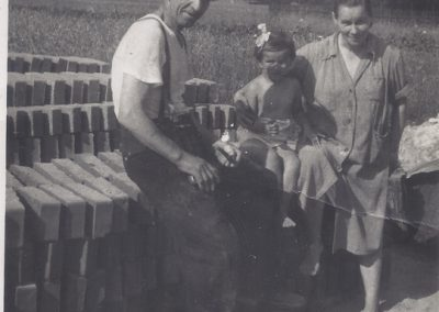 146.1955 r. Czarnuchowice, wypalanie cegły. Zdjęcia pochodzą ze zbiorów p. Cecylii Ziebura
