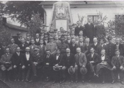 Grupowe zdjęcie przy pomniku Powstańców Śląskich w BN