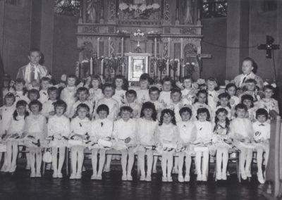 31. I Komunia św. rocznika 1962. Ks. prob. Bronisław Kuczera i wikary Jerzy Cedzich (w latach 1969-1972)