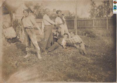 7. Fryzjer nowobieruński Kalder. Stoi w środku. Pierwszy po prawej leży Stanisław Balus